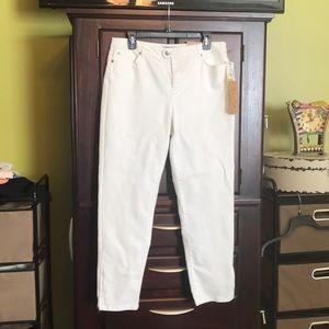 White denim pants.